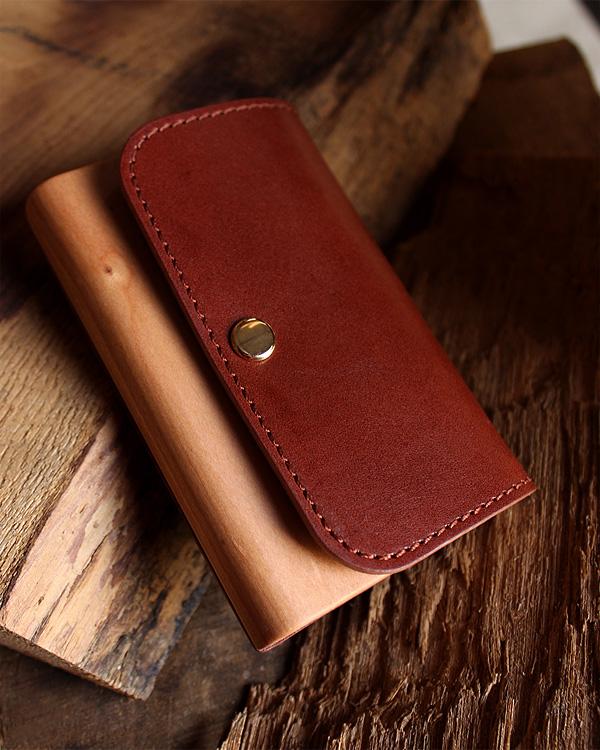 ビジネスを印象的に演出する木と革の名刺ケース「Flap Card Case」