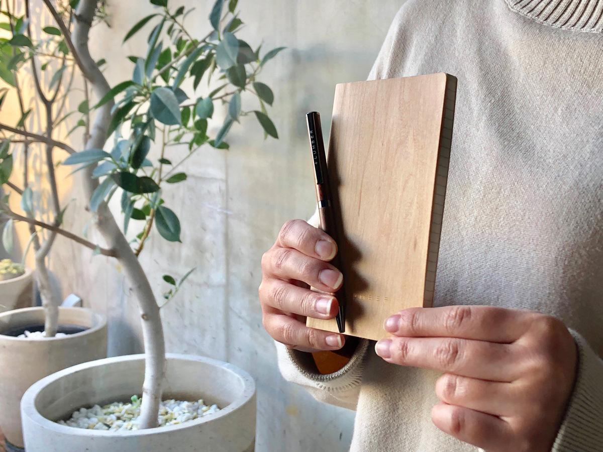 木のノートとボールペン