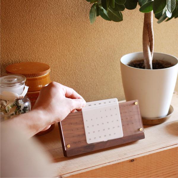 経年変化しながら年月を刻む木製の卓上万年カレンダー