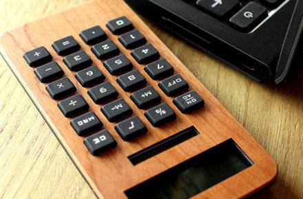 手触りが心地良い、小型の木製ソーラー電卓