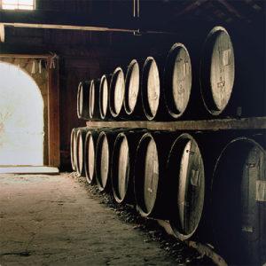 ブランドストーリーの核となるウィスキーの樽材と同じオークで