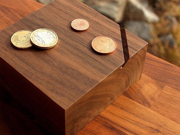 オブジェのように美しい木製の貯金箱「Coin Box」