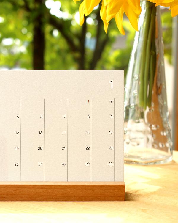 シンプルな卓上木製カレンダー「Desk Calendar」