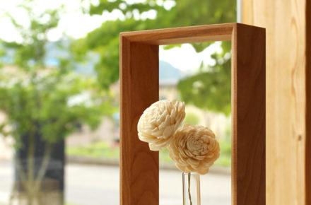 絵画のように花を飾れる木製のミニフラワーベース・一輪挿し