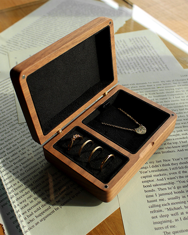 アクセサリーを美しく収納できる格調高いケース「Jewelry Box」