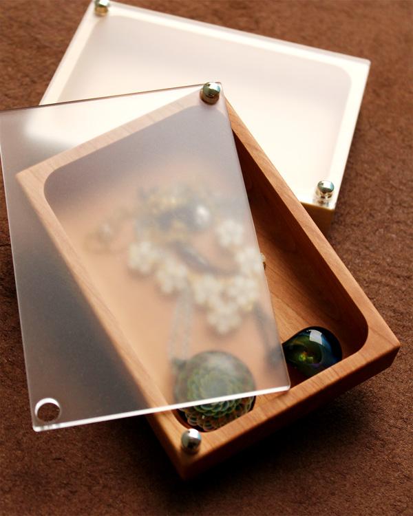 ジュエリーを幻想的に映す木製ケース「JewelryCase フリー」
