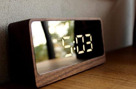 鏡にデジタル時計が浮かび上がる幻想的な木製時計