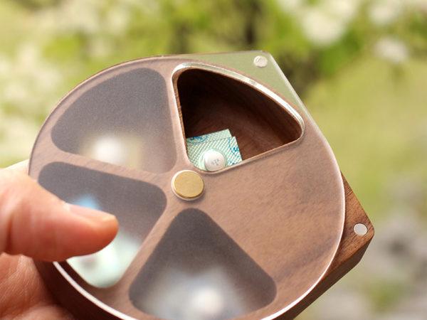 回転する蓋で薬が取り出し易いおしゃれな木製ピルケース「PillCase」
