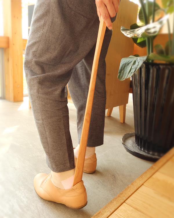 無垢材から削りだしたおしゃれな木製靴べら