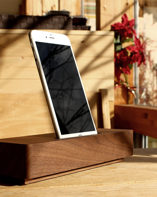 重厚感あふれるシンプルな木製スピーカー