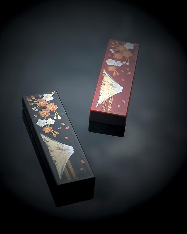 漆塗りが施された木製USBメモリ