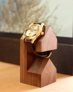 三角屋根の家型がかわいい木製腕時計スタンド「WatchStand House」