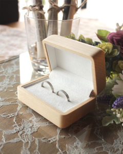 二人の指輪を引き立てる格調高いペアリングケース