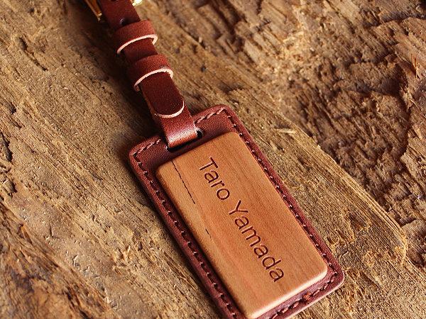 木と牛革を組み合わせたネームタグ「Name Strap」