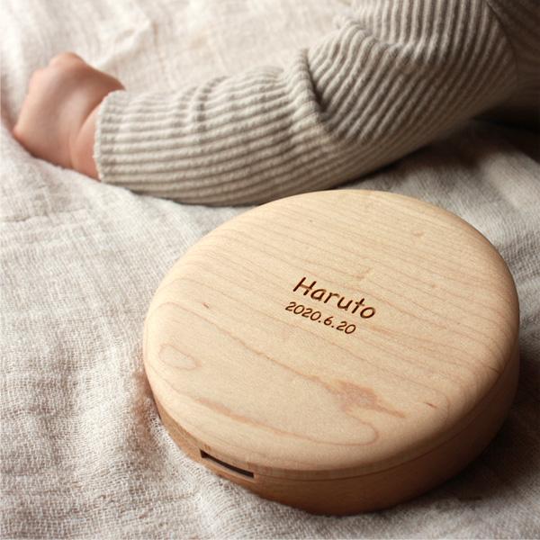 出産祝いに、名入れができる木製乳歯ケース「Baby Teeth Box」
