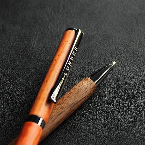 木の質感がおしゃれな木製ボールペン。