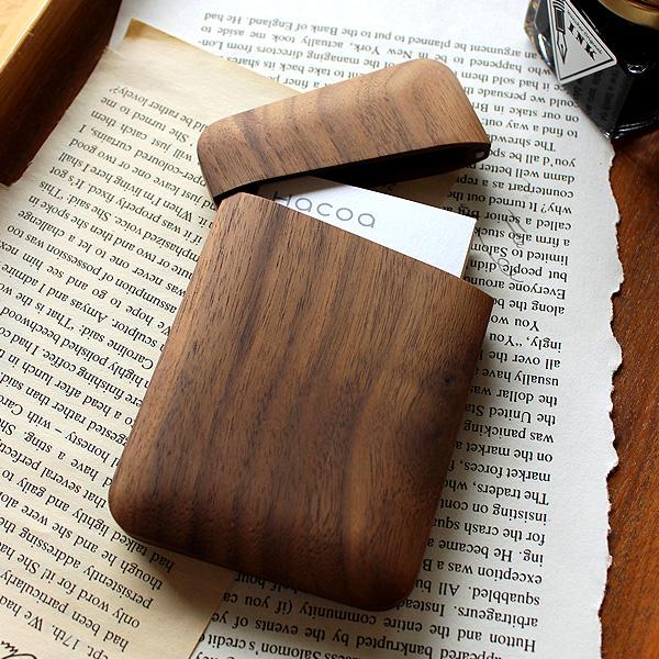 越前漆器の技術で培った木地職人の技、無垢の木を一つひとつ丁寧に削り出して仕上げた木製名刺入れ。