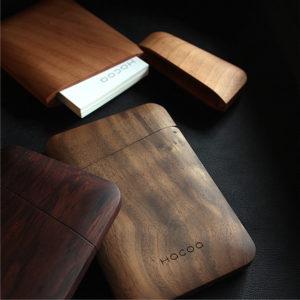 名刺ケースの裏面には木製デザイン雑貨ブランドHacoaのロゴが刻印されています。