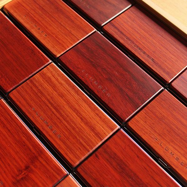 楽器にも使われる赤褐色が美しい花梨の木、黒縞模様の強いものや赤味の多いものと表情が豊かな高級木材を使用した名刺ケースです。
