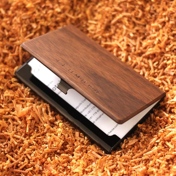 天然木の風合いとステンレスの質感がそれぞれの素材感を魅力的に引き立てるカードケースです。