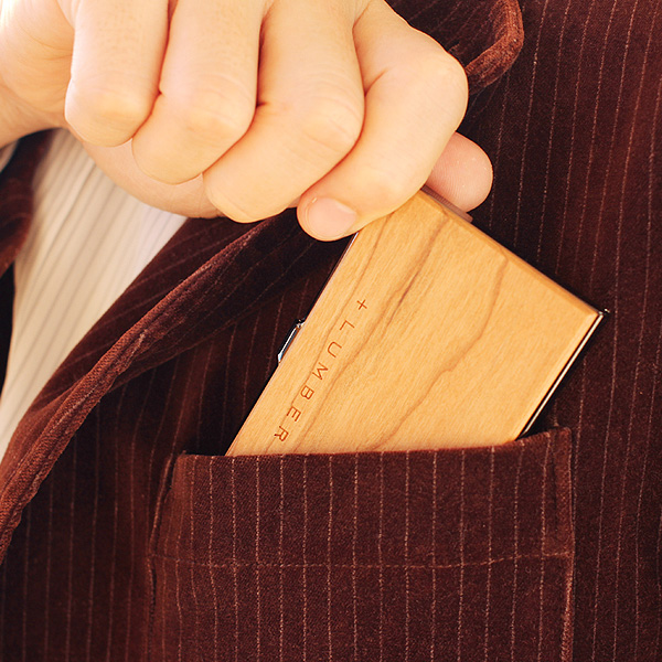 コンパクトサイズで、ポケットなどに収納してもかさばらず、スマートに名刺やカードを持ち歩けます。