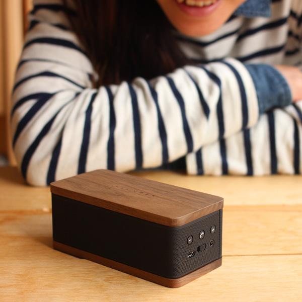 スマートフォンに接続すれば通話も可能です。着信があれば、通話の許可・拒否が操作できるだけでなく、スピーカーを使用して会話もできます。