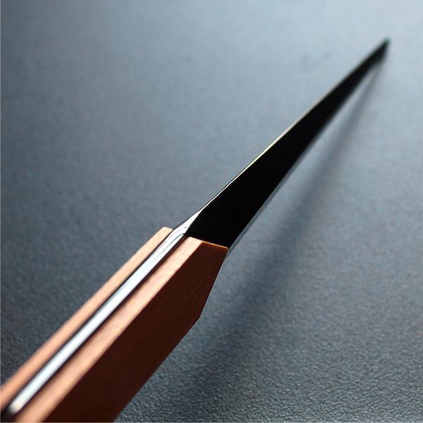刀のように多面的なシンプルデザインのレターオープナー。