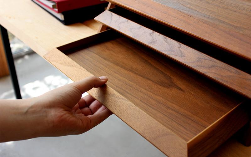 ウォールナットの無垢板を贅沢に使ったトレイは重厚感たっぷり