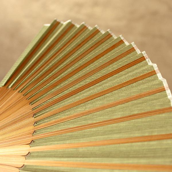 扇子の親骨には銘木のウォールナット・チェリー、扇骨には竹を使用しています、上品で高級感ある扇子に仕上がっています。